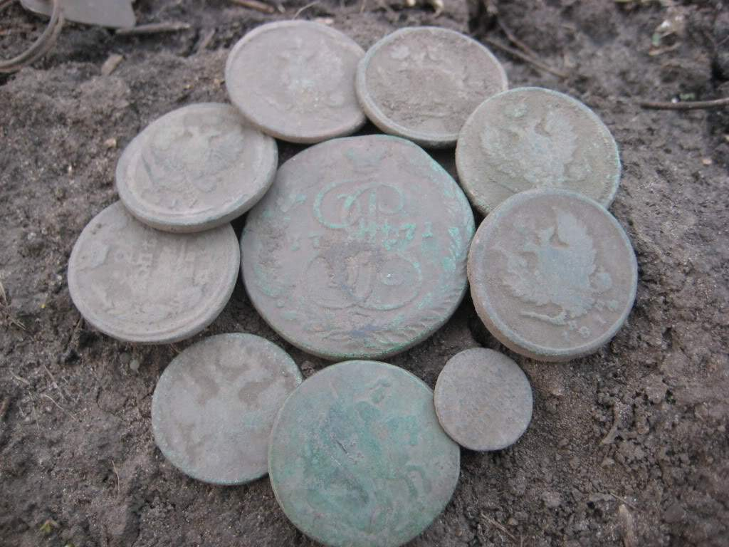 коп монет на лопате