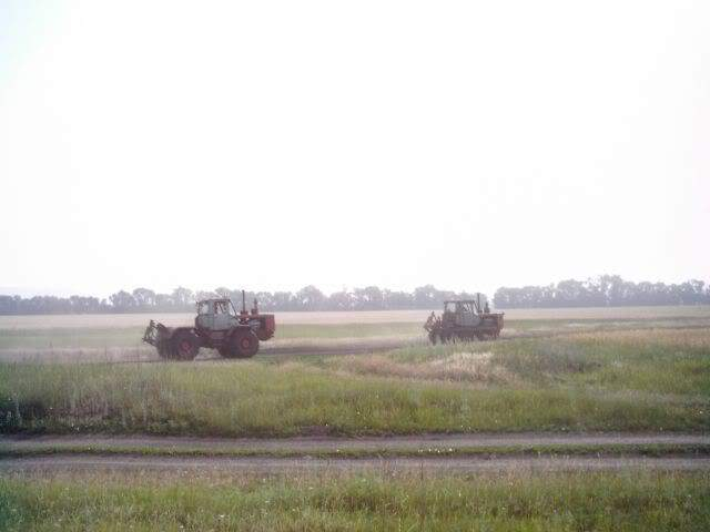 Бригада копателей с б/у металлодетекторами на тракторе